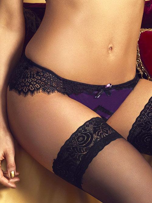 Vykrojené brazilky Scarlett zdobeny jemnou černou krajkou