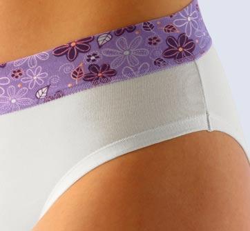 Bílé kalhotky s fialovým lemem