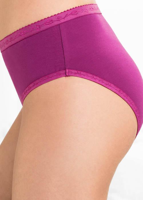 Fialové kalhotky s vyšívanými lemy